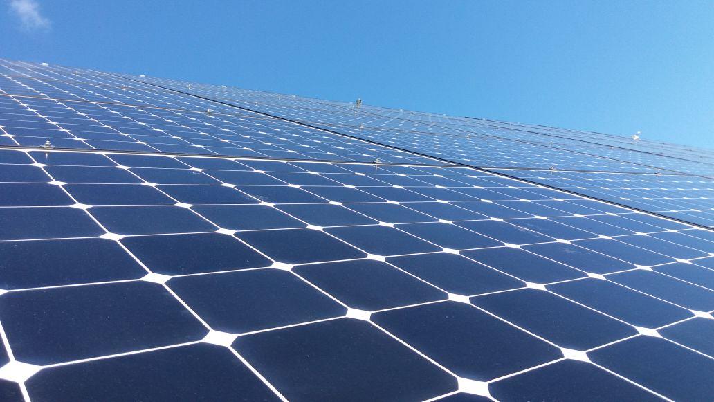 Photovoltaikmodule und Himmel